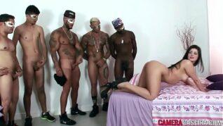 5 homens fazendo orgia com ninfeta safada