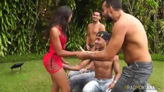 Moreninha de lingerie fodendo com três homens